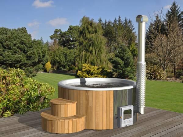 Wolff Finnhaus Badebottich Hot Tub de luxe 200 cm mit weißem GFK-Einsatz, integriertem Außenofen und Thermoabdeckung.
